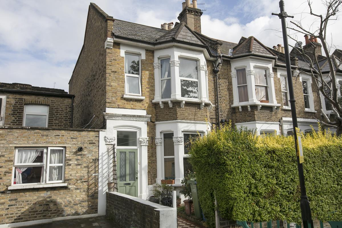 House - Terraced For Sale in Fenwick Road, Peckham, SE15 506 view1
