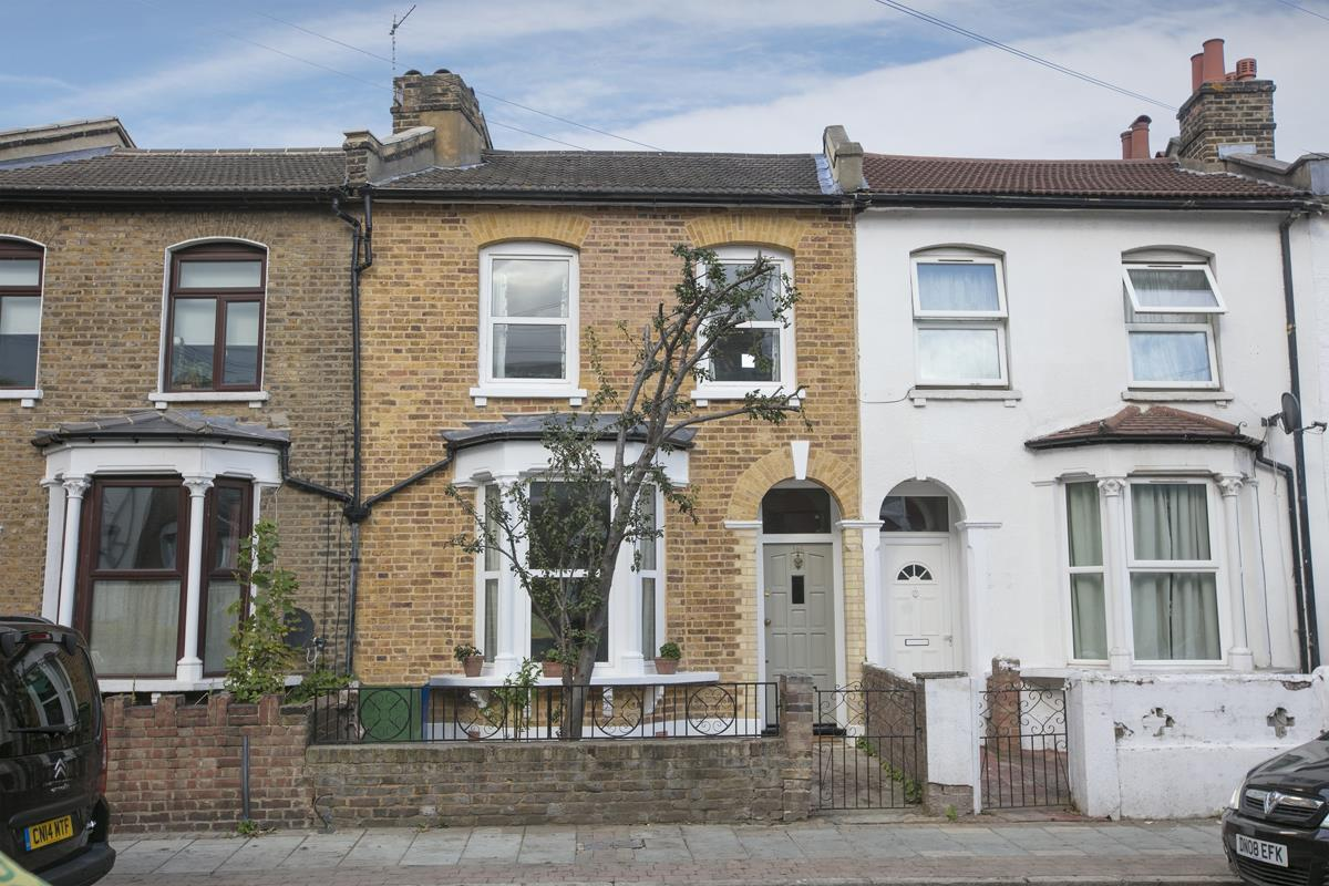 House - Terraced Sold in Hollydale Road, Nunhead, SE15 490 view1