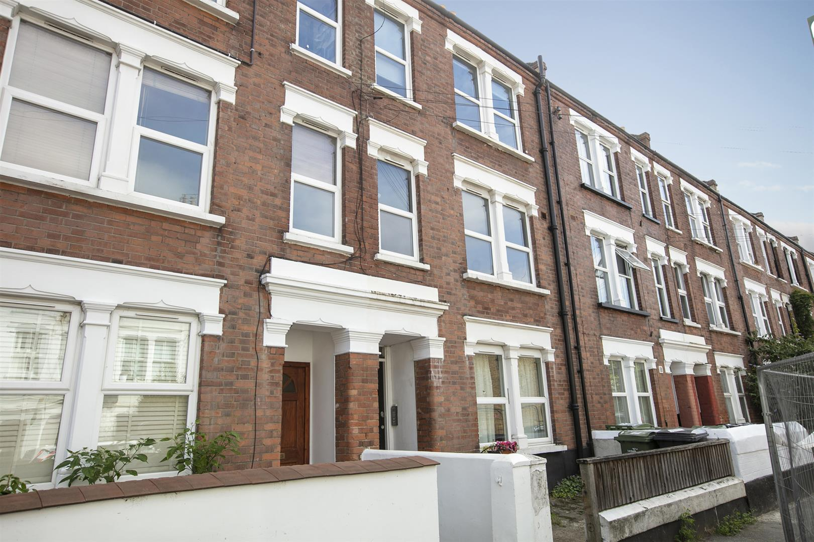 Flat/Apartment Sale Agreed in Southwell Road, Camberwell, SE5 696 view1
